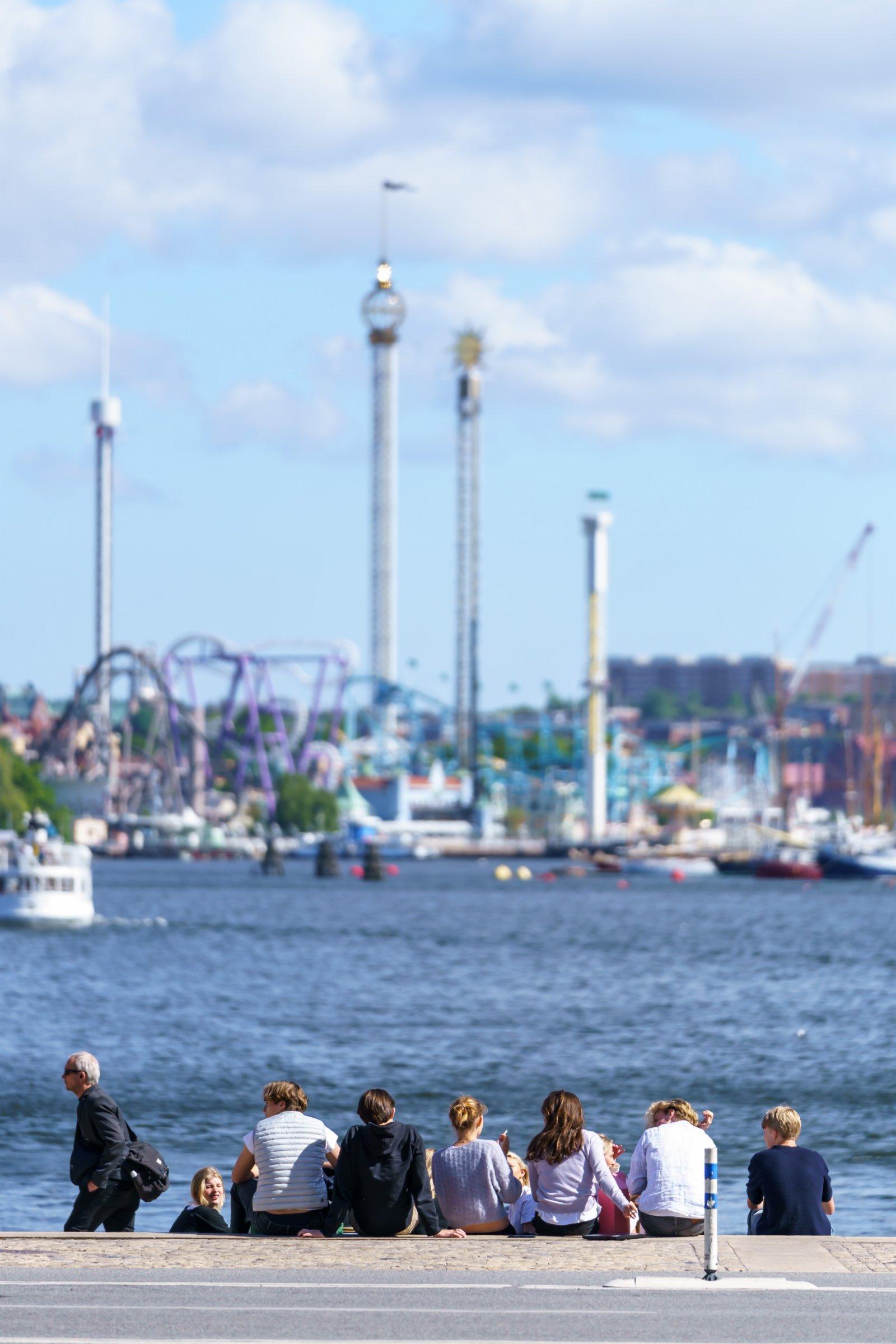 6月1日,人們在瑞典斯德哥爾摩的海邊休閒。(新華社)