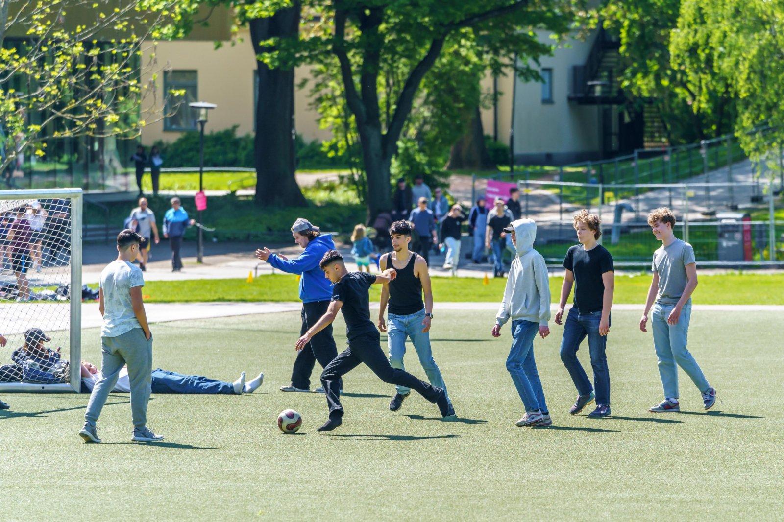 6月1日,青少年在瑞典斯德哥爾摩一處公園踢足球。(新華社)