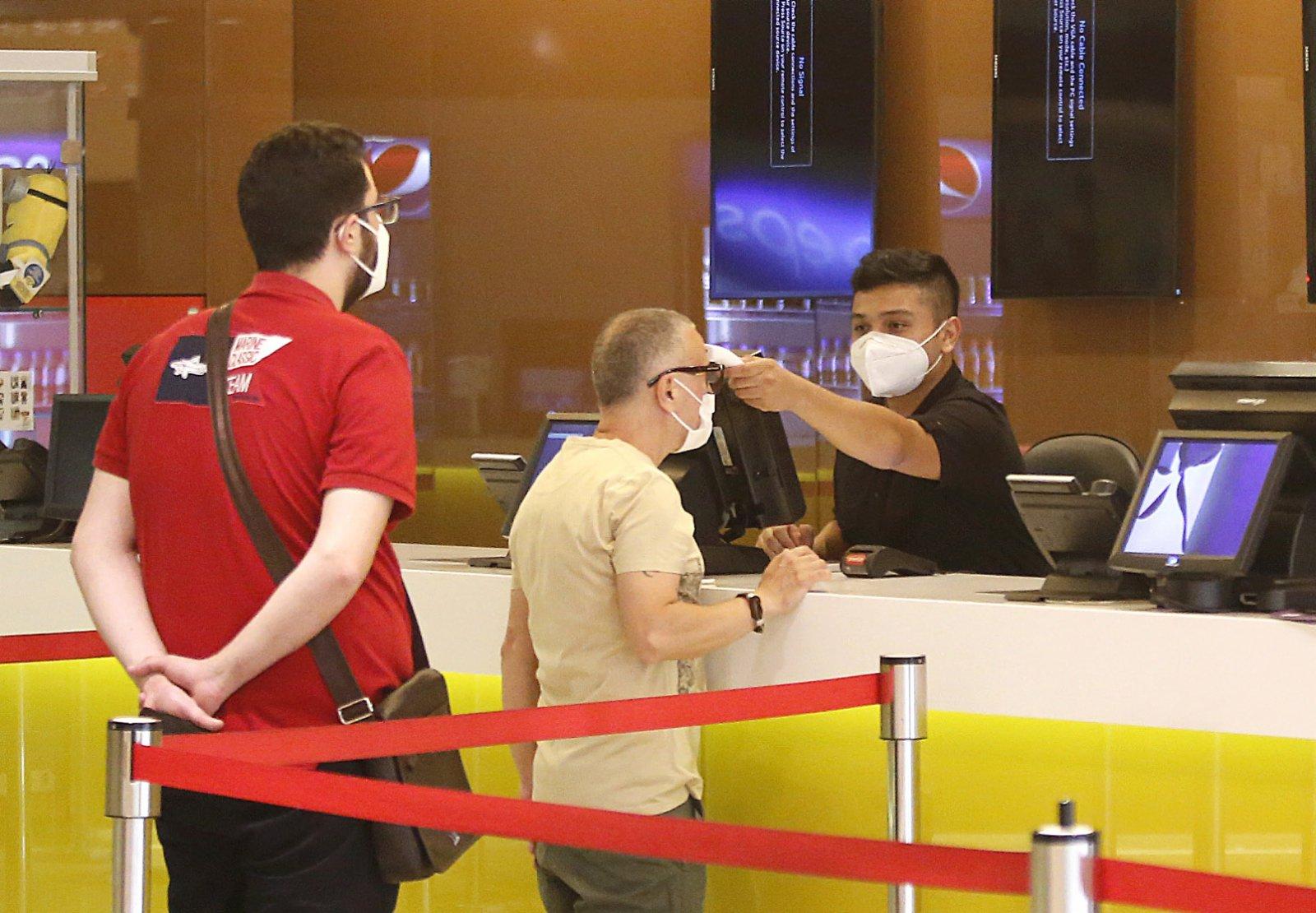 6月2日,一名男子在黎巴嫩貝魯特的一家電影院接受體溫檢測。(新華社)
