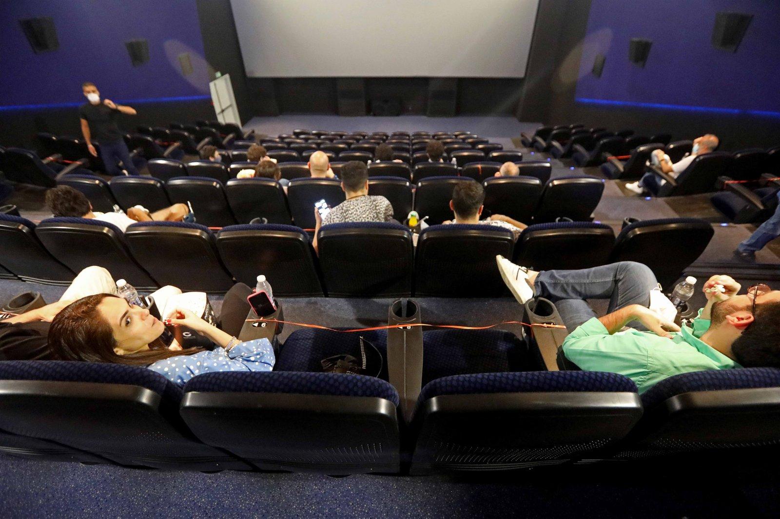 6月2日,人們在黎巴嫩貝魯特的一家電影院準備觀影。(新華社)