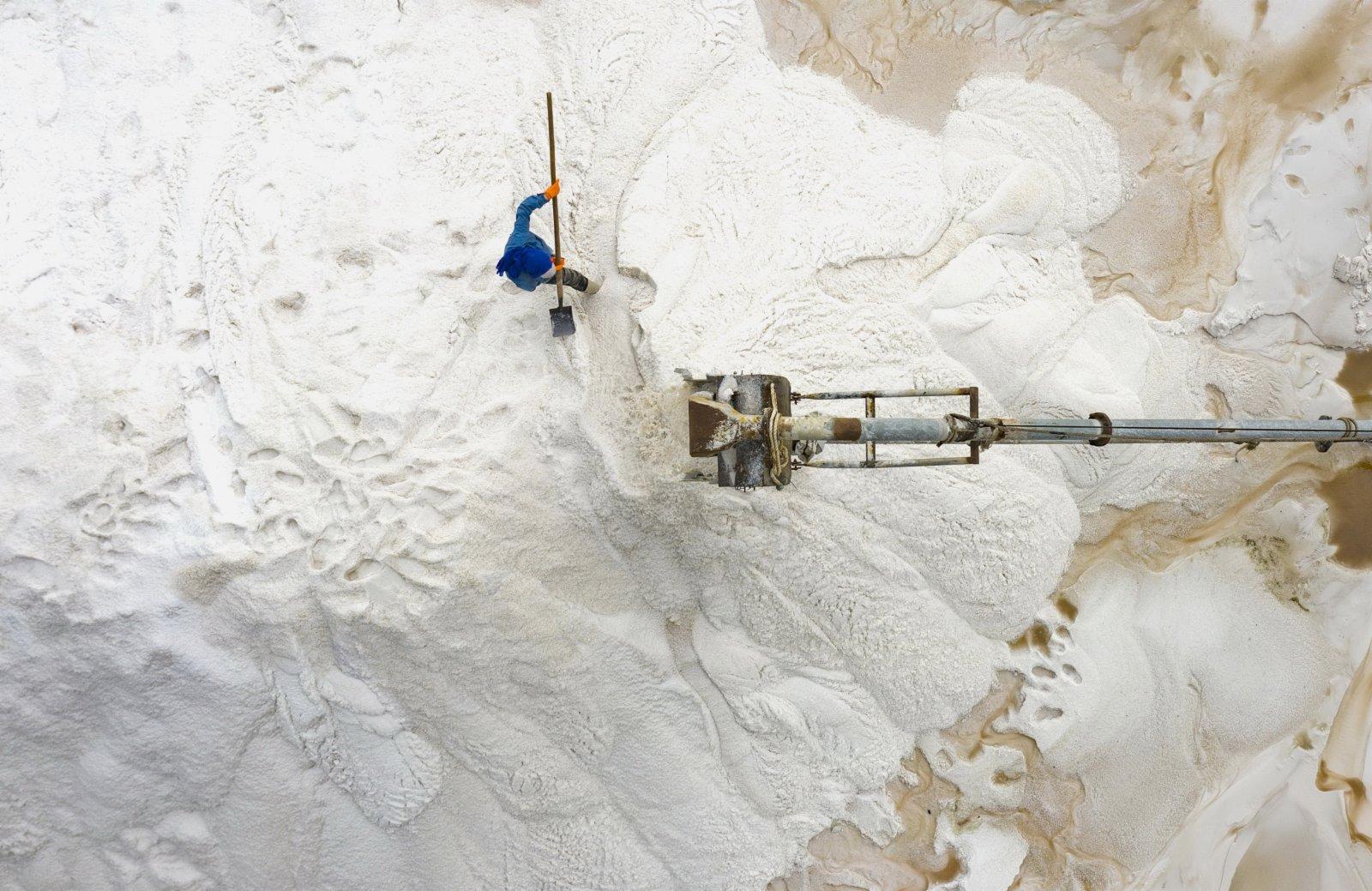 南堡盐场的工人在收获春盐(无人机照片)。