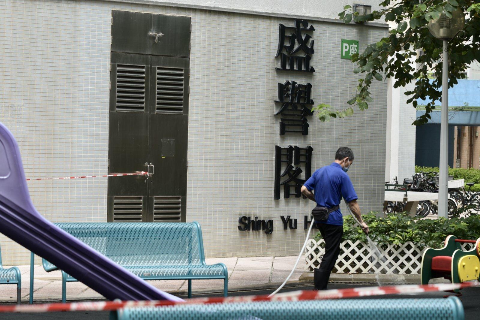 圖為天水圍天盛苑盛譽閣,清潔人員進行清潔工作。