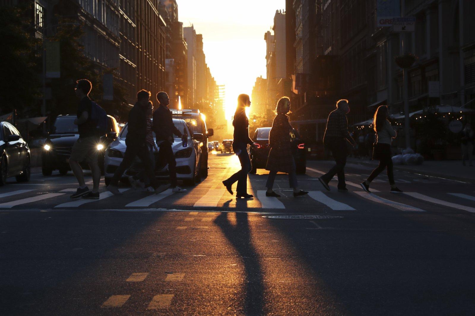 這種被稱為「懸日」的自然現象是紐約的獨特景觀,因為曼哈頓高樓十分密集,日落時陽光灑滿曼哈頓所有東西向街道的現象,每年只在兩個時期出現。