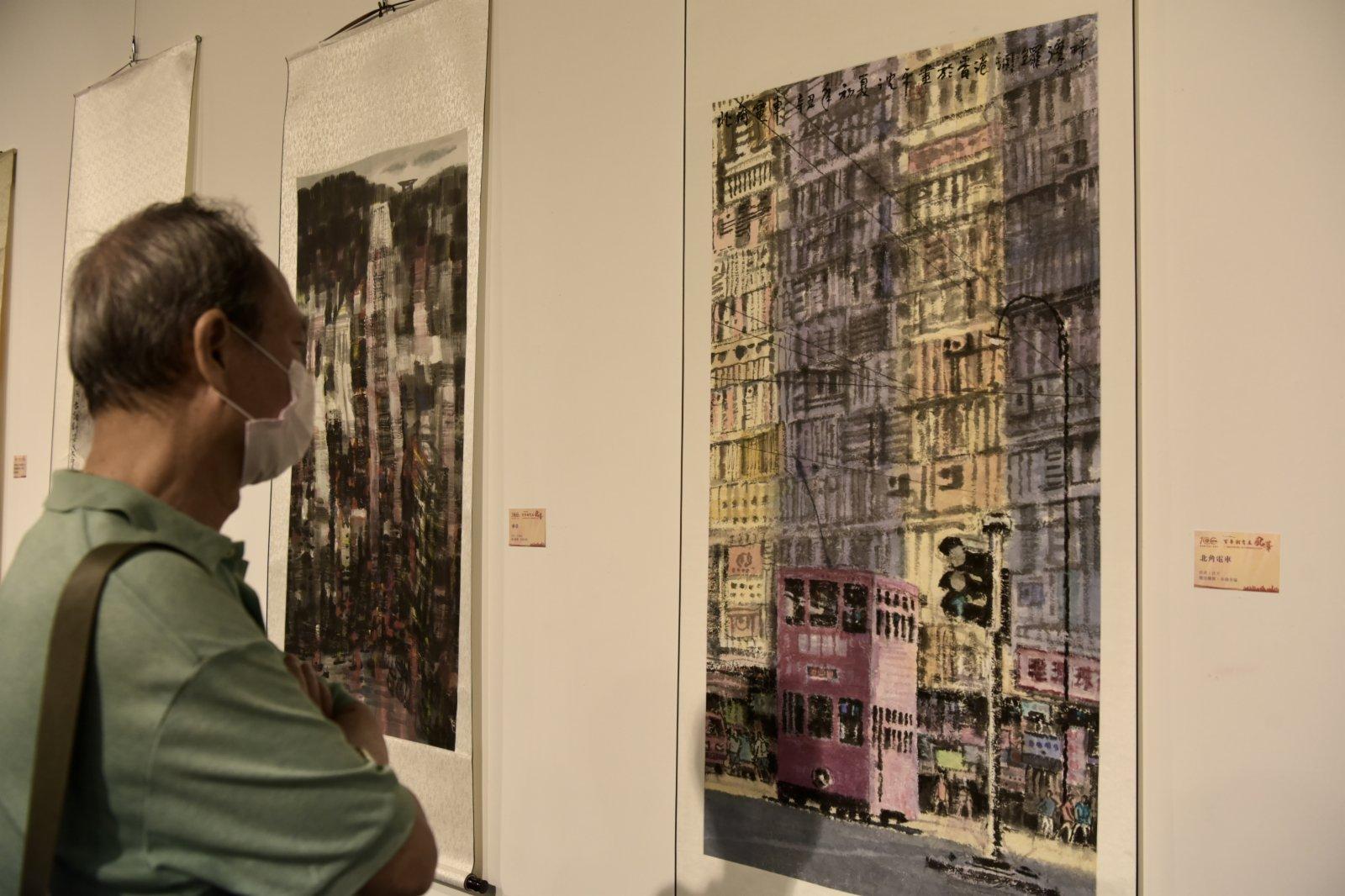 觀眾在「百年潮商展風華」書畫攝影展上參觀。(中新社)
