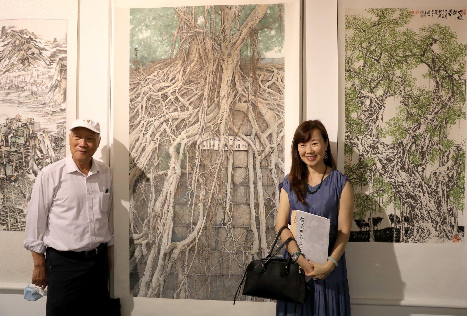 6月5日,觀眾在「百年潮商展風華」書畫攝影展上參觀。(新華社)