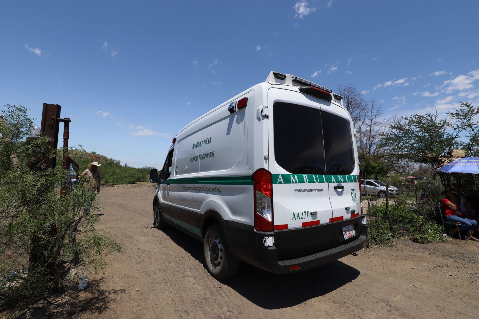 6月5日,救護車到達墨西哥科阿韋拉州穆斯基斯市的煤礦垮塌現場。(新華社)