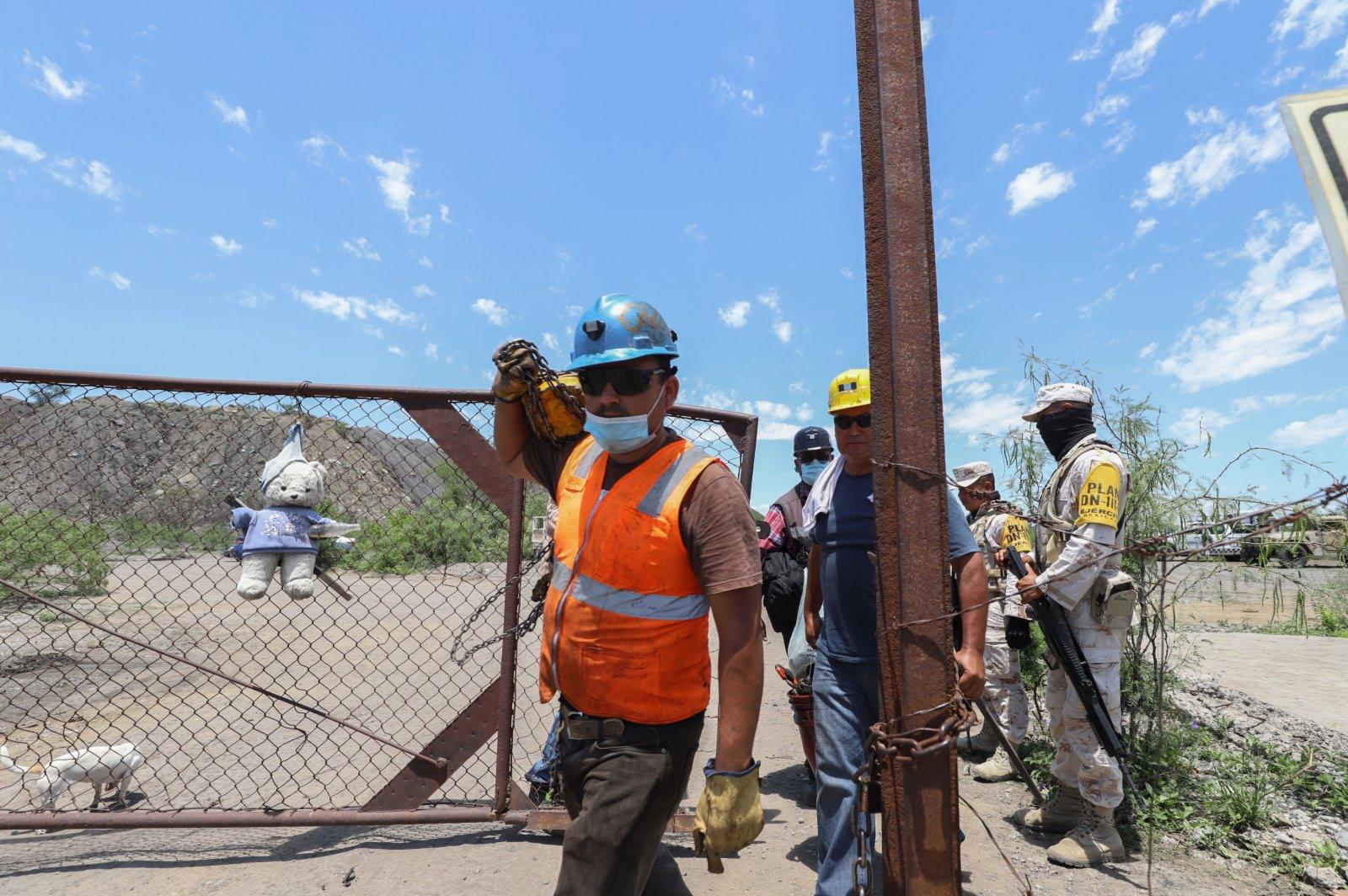 6月5日,救援人員在墨西哥科阿韋拉州穆斯基斯市的煤礦垮塌現場工作。(新華社)