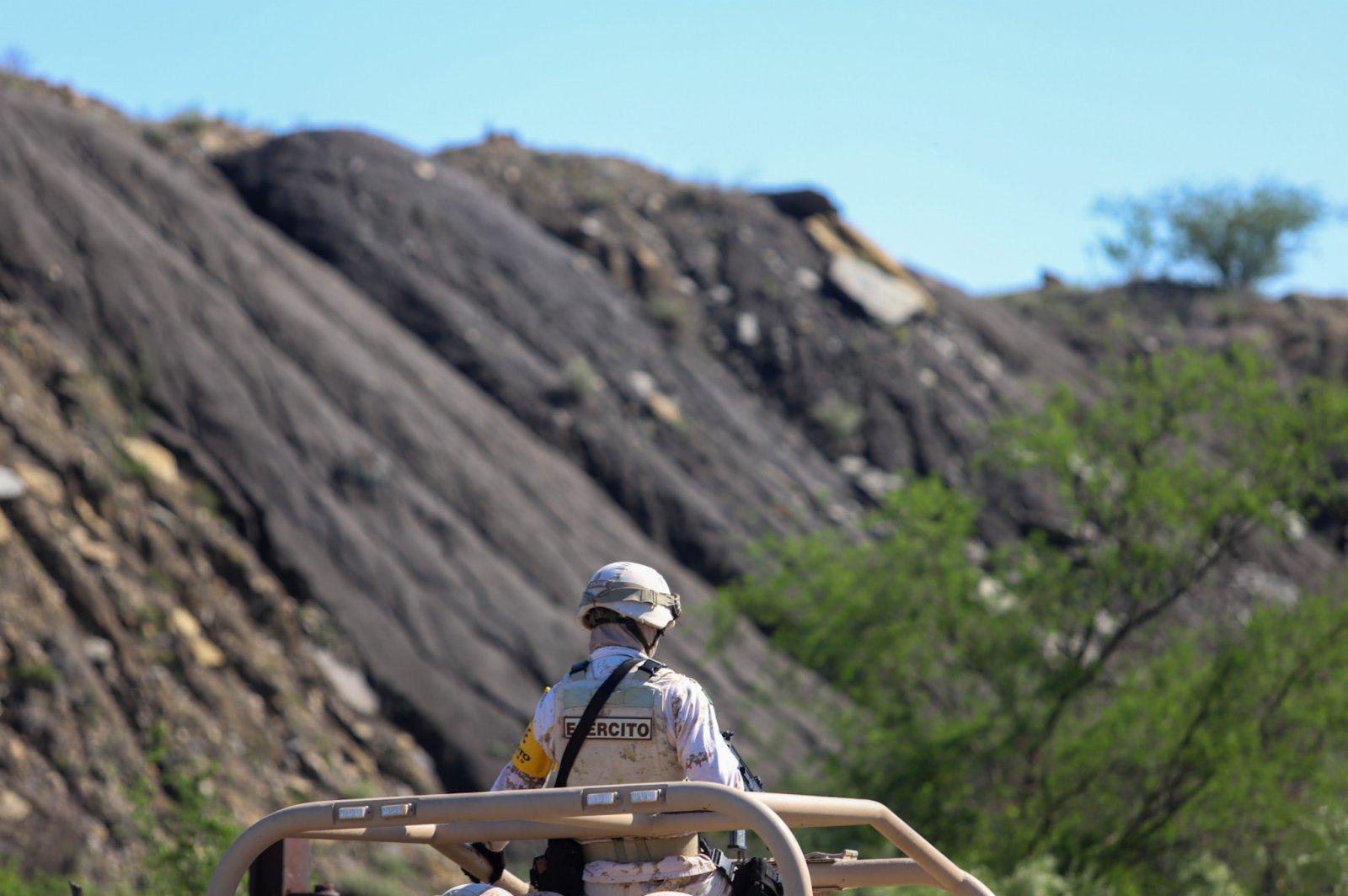 6月5日,一名士兵在墨西哥科阿韋拉州穆斯基斯市的煤礦垮塌現場工作。(新華社)