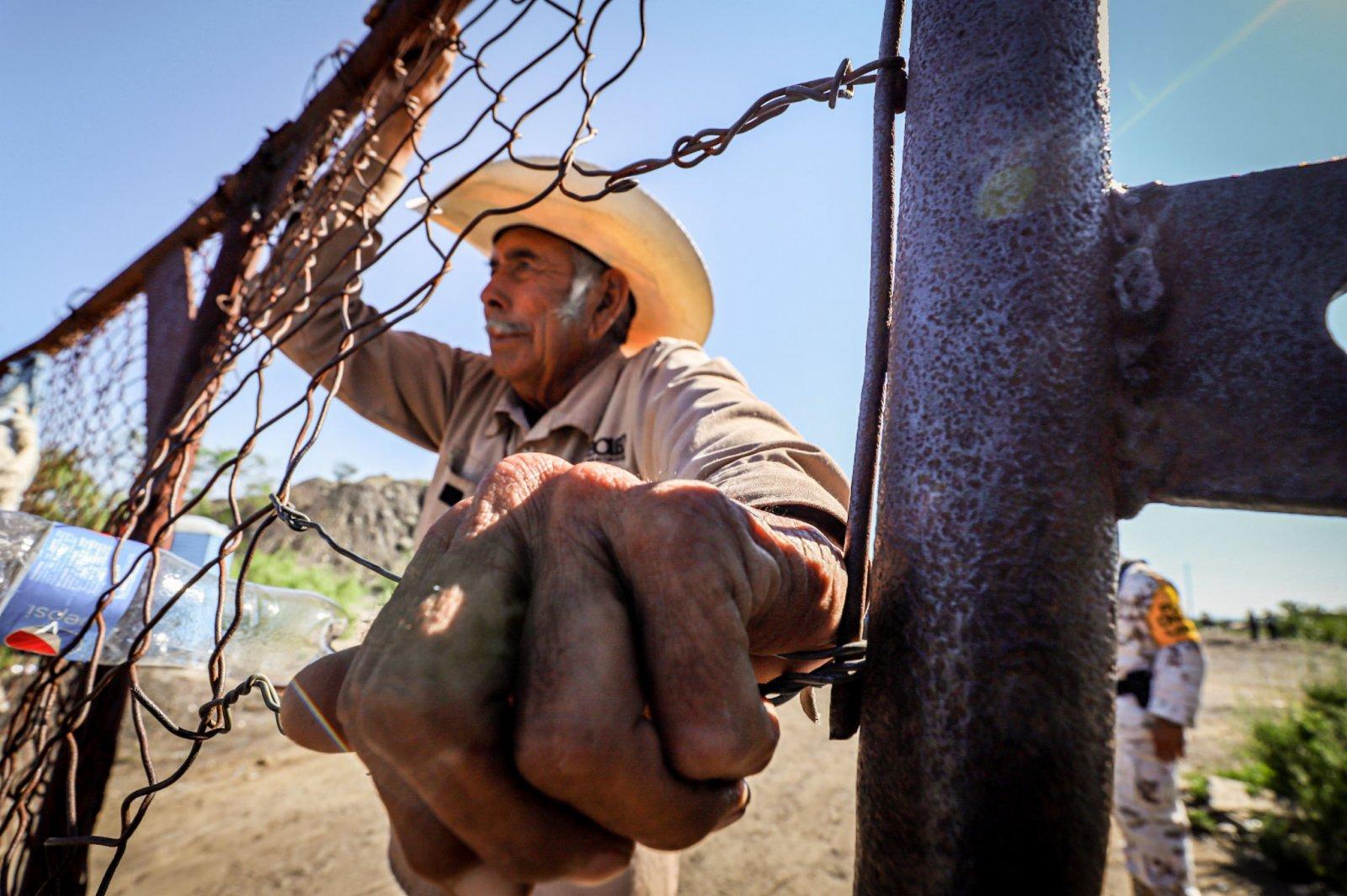 6月5日,在墨西哥科阿韋拉州穆斯基斯市,一名男子望向煤礦垮塌現場。(新華社)