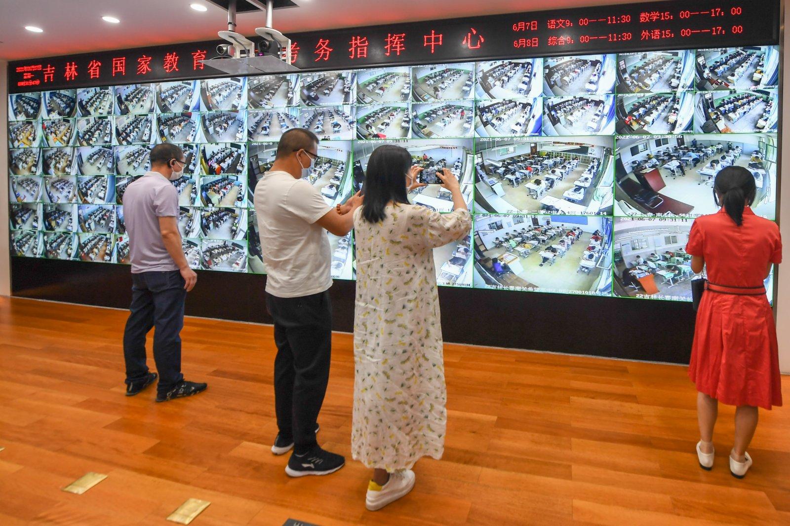6月7日,在吉林省國家教育考試考務指揮中心,考生家長拍攝監控畫面。新華社