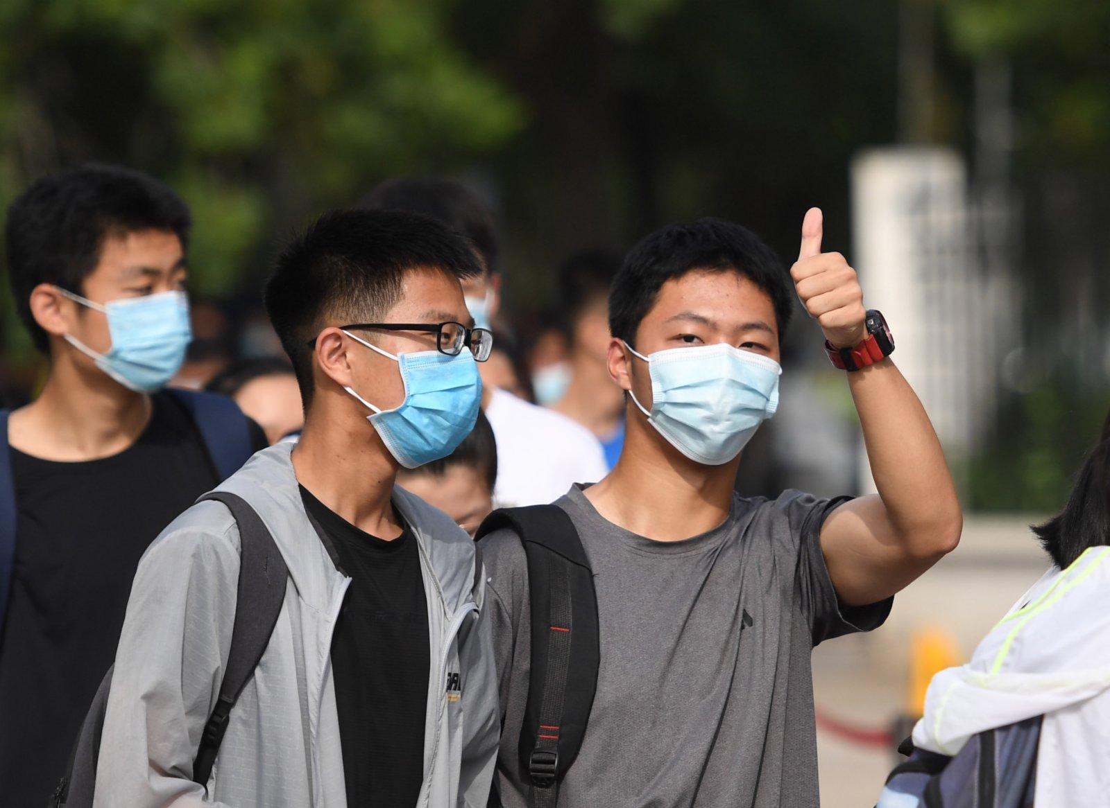 6月7日,在河南省鄭州外國語學校考點,考生排隊進入考場。新華社