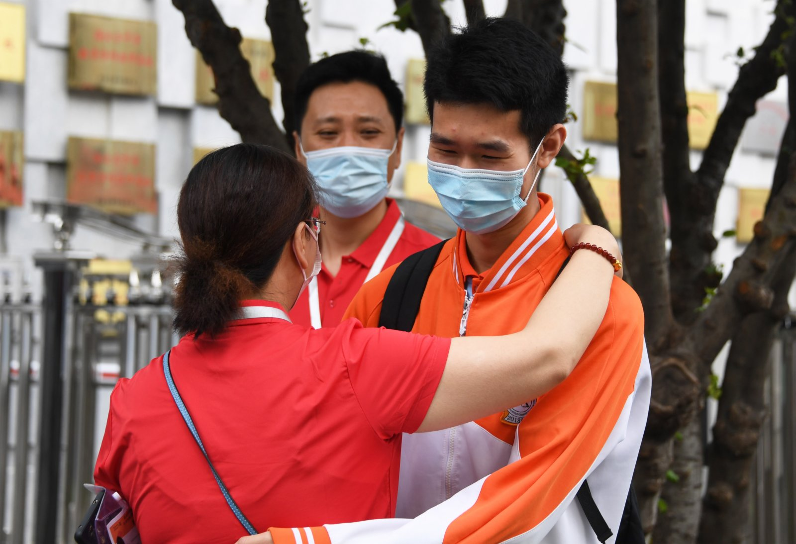 6月7日,在中國農業大學附屬中學考點,高考考生(右一)考前與老師擁抱。新華社