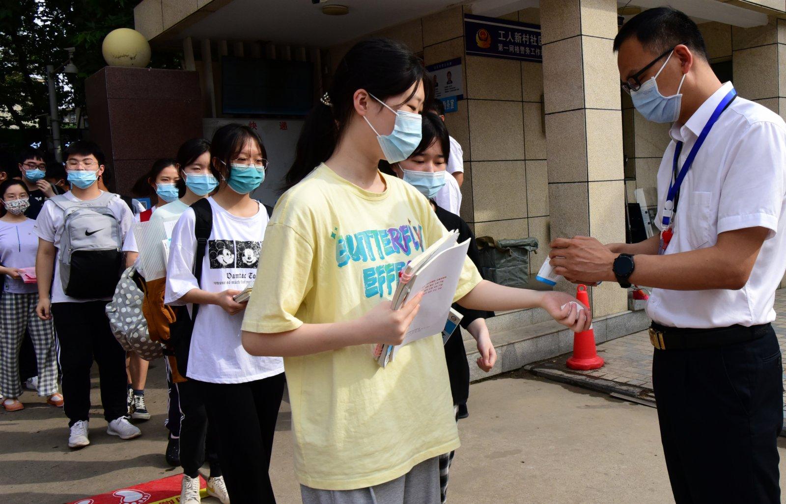 6月7日,考生有序進入鄭州市為民高中考點。新華社