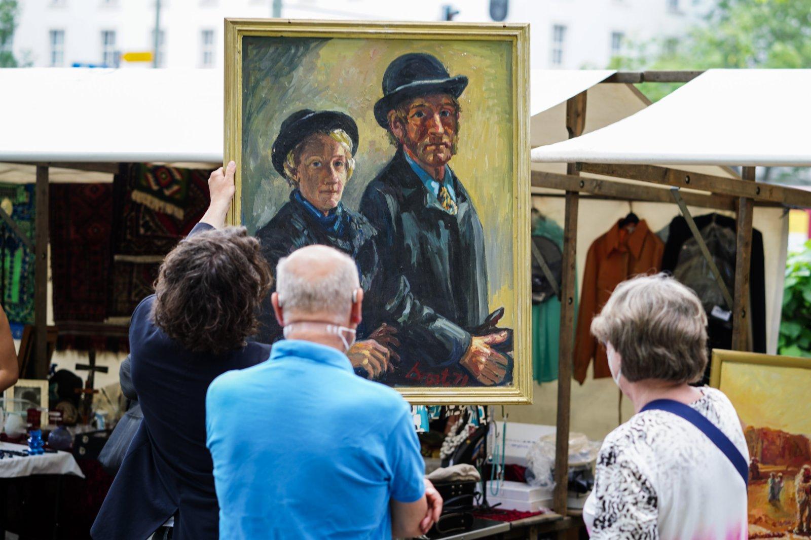 6月6日,人們在德國首都柏林的一處「跳蚤市場」內選購畫作。(新華社)