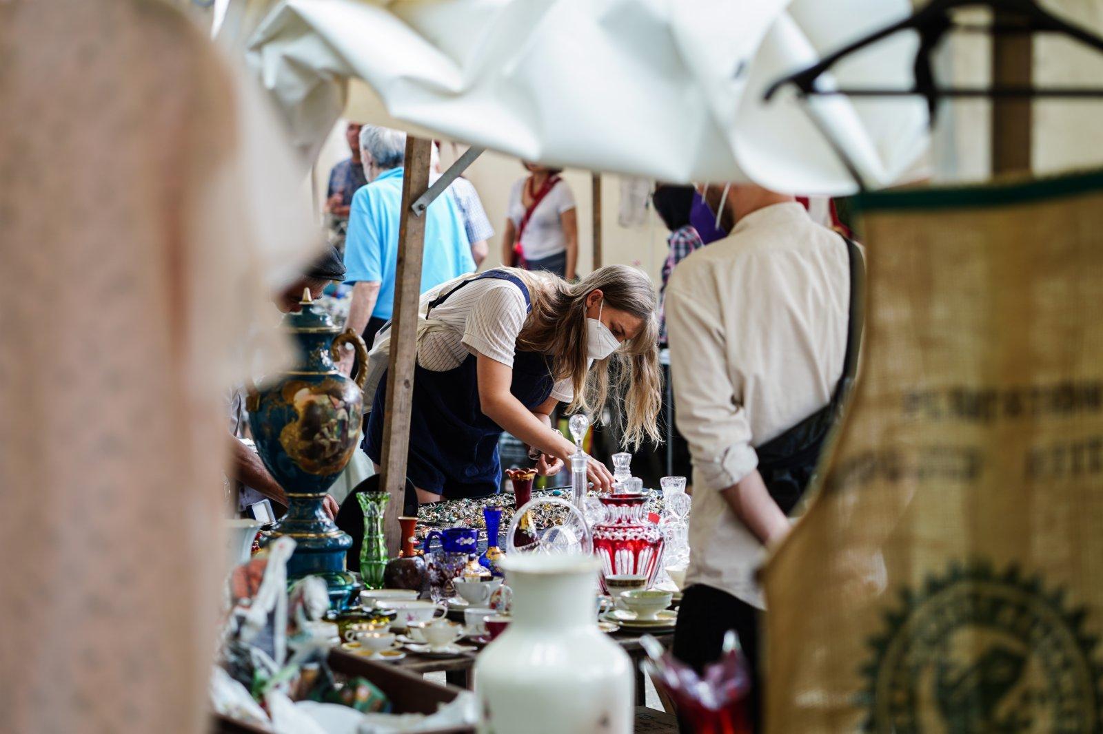 6月6日,一名女子在德國首都柏林的一處「跳蚤市場」內購物。(新華社)