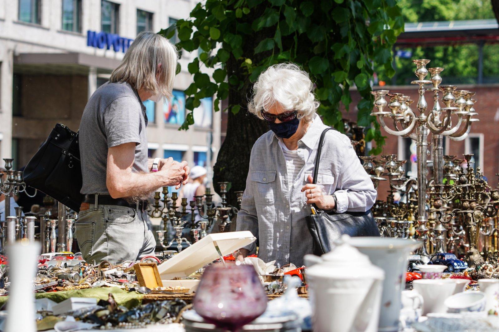 6月6日,人們在德國首都柏林的一處「跳蚤市場」內購物。(新華社)