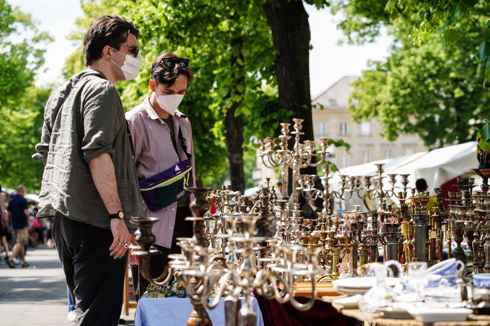 6月6日,兩名男子在德國首都柏林的一處「跳蚤市場」內購物。(新華社)