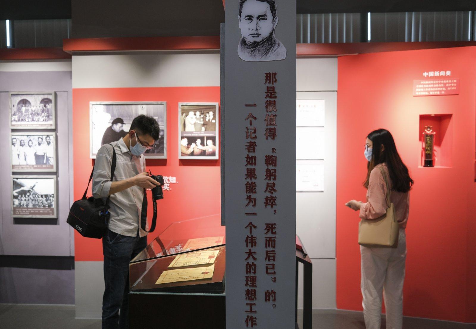觀眾在「范長江與重慶」展覽館參觀。