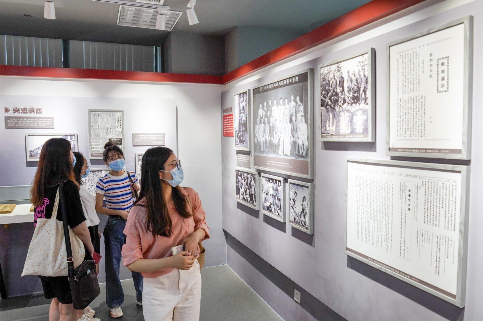 參觀者在「范長江與重慶」展覽館內參觀。