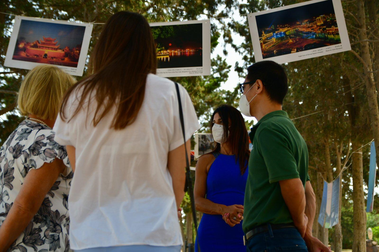 6月7日,馬耳他桑塔露琪亞市長查梅因·聖約翰(右二)與馬耳他中國文化中心主任楊曉龍(右一)參觀「美麗中國」攝影圖片展。(新華社)