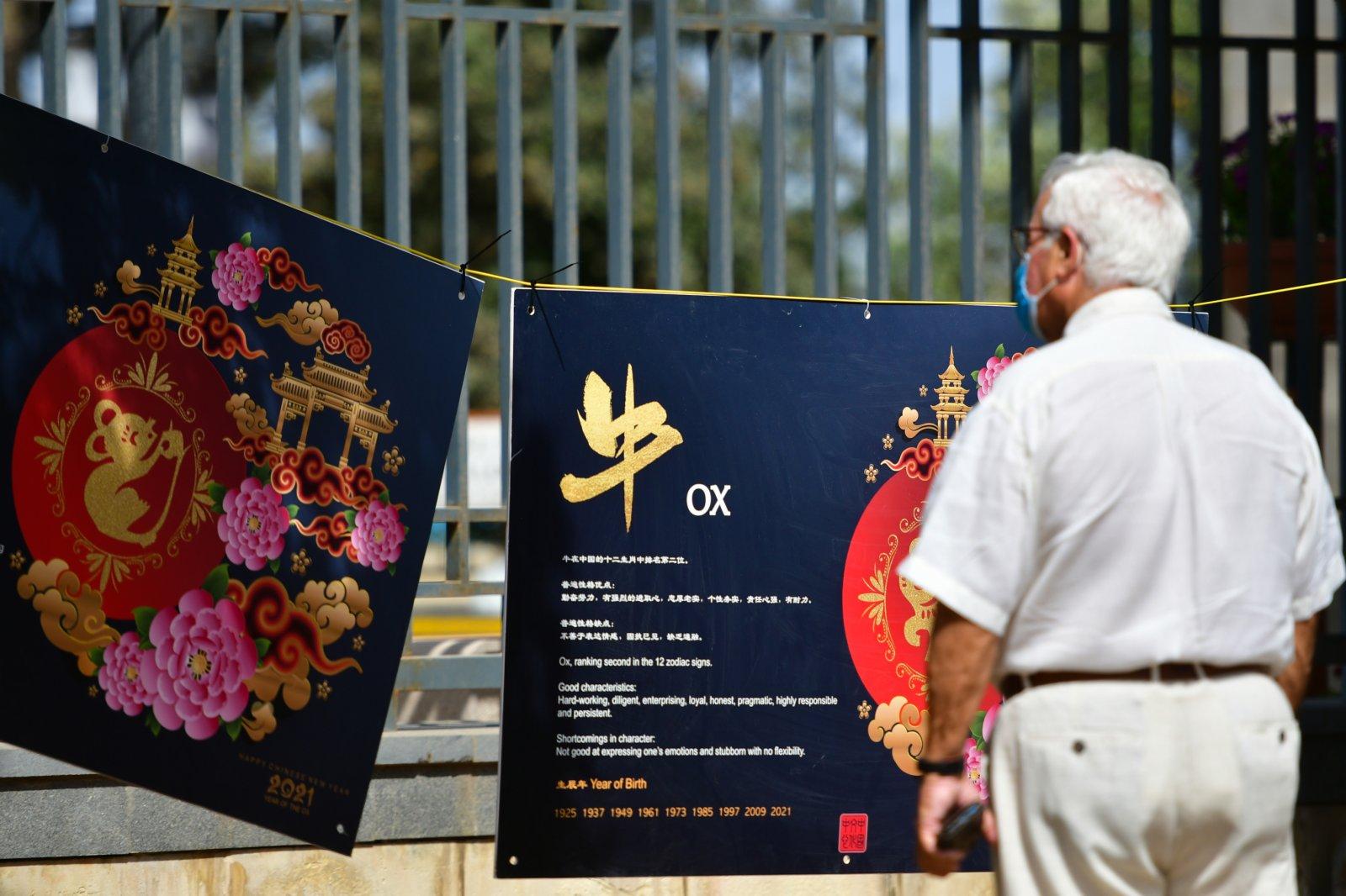 6月7日,一名男子在馬耳他桑塔露琪亞市舉行的「美麗中國」攝影圖片展上參觀。(新華社)