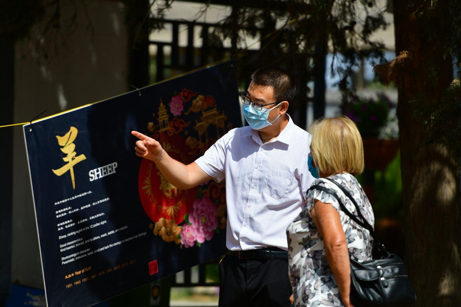 6月7日,馬耳他中國文化中心的一名工作人員在桑塔露琪亞市為參觀者進行解說。(新華社)