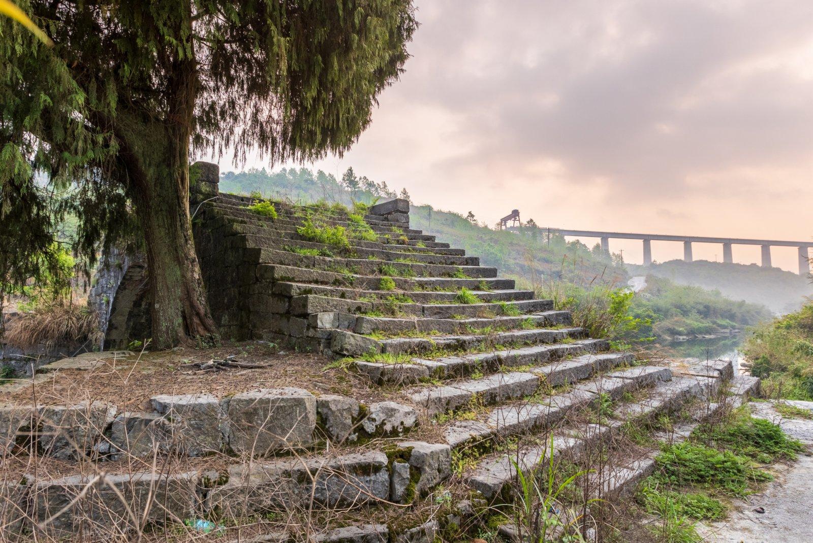 銀坡河特大橋和蒙家橋沐浴在朝陽中。(新華社資料圖片)