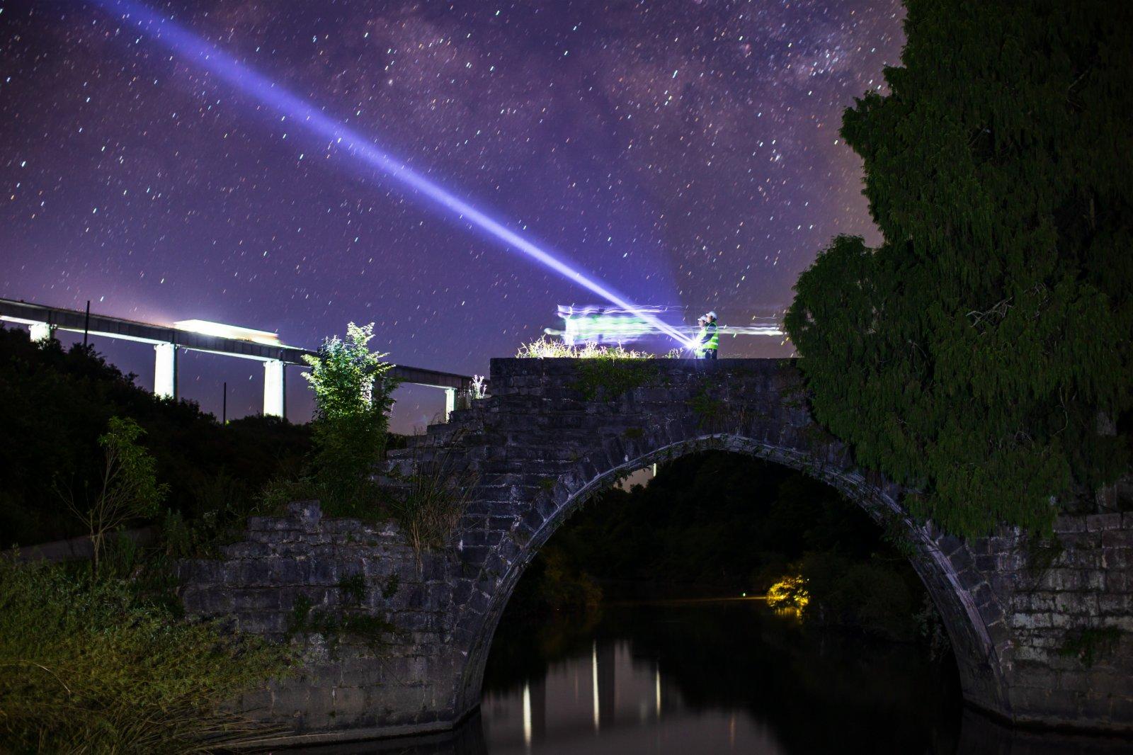 6月6日拍攝的星空下的銀坡河特大橋和蒙家橋。(新華社)