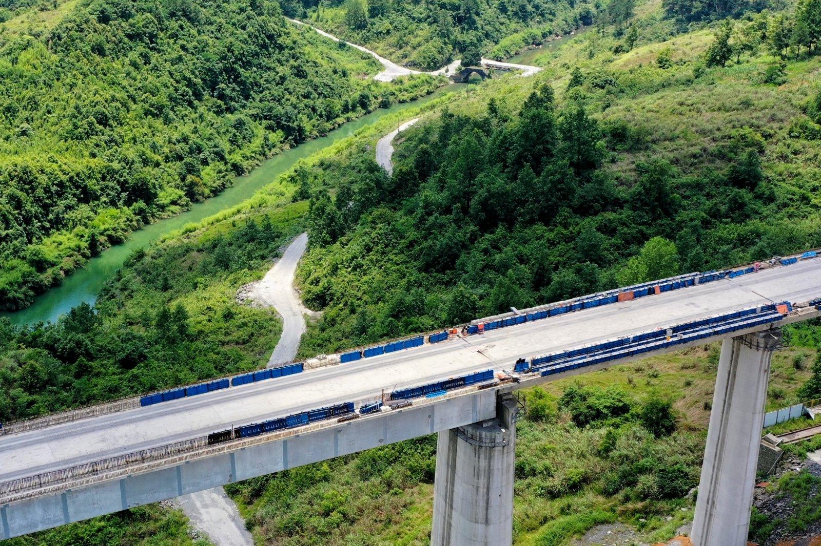 6月7日拍攝的銀坡河特大橋和蒙家橋(無人機照片)。(新華社)