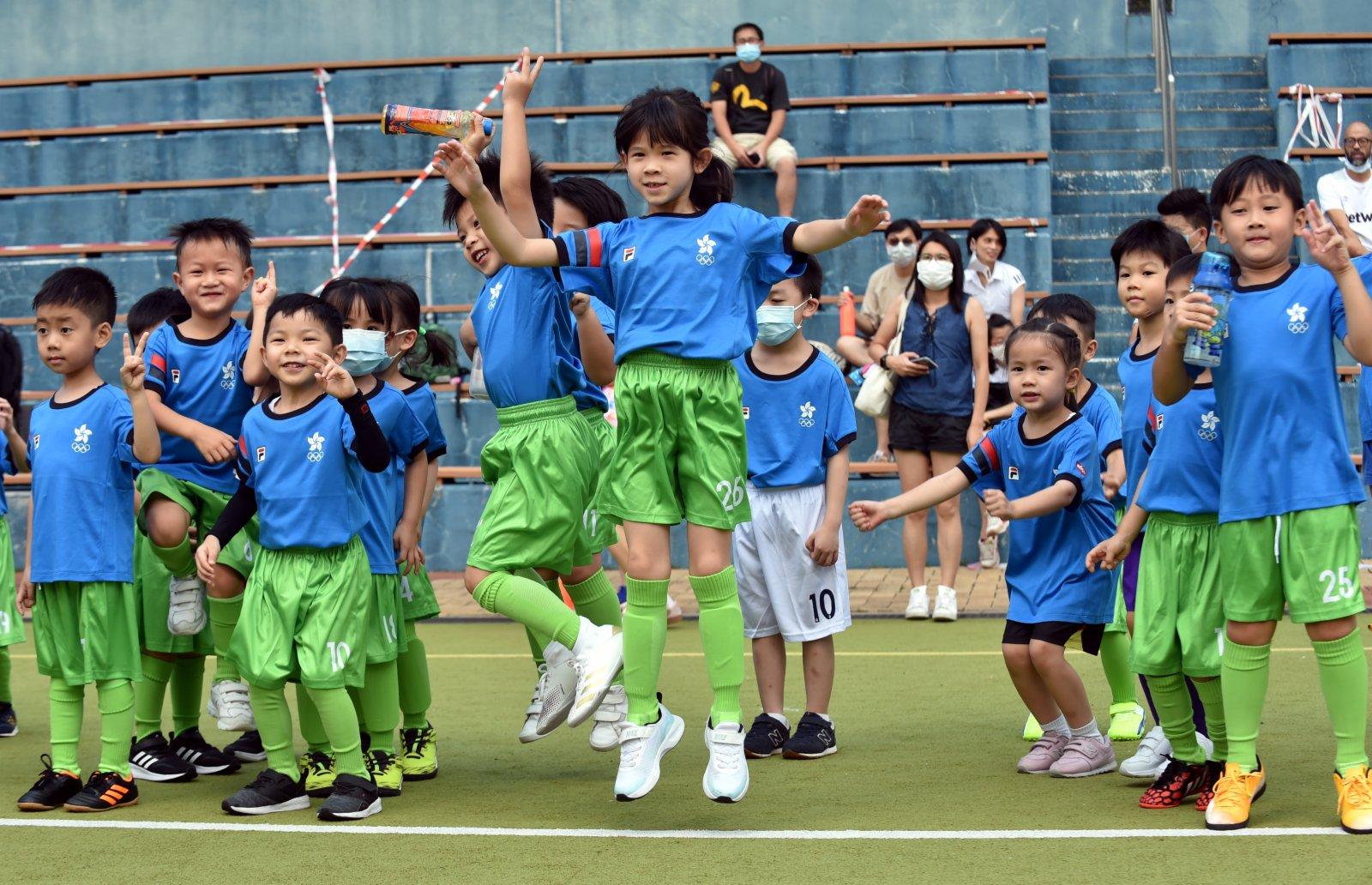 6月6日,小球員參加第64屆體育節足球活動。(新華社)