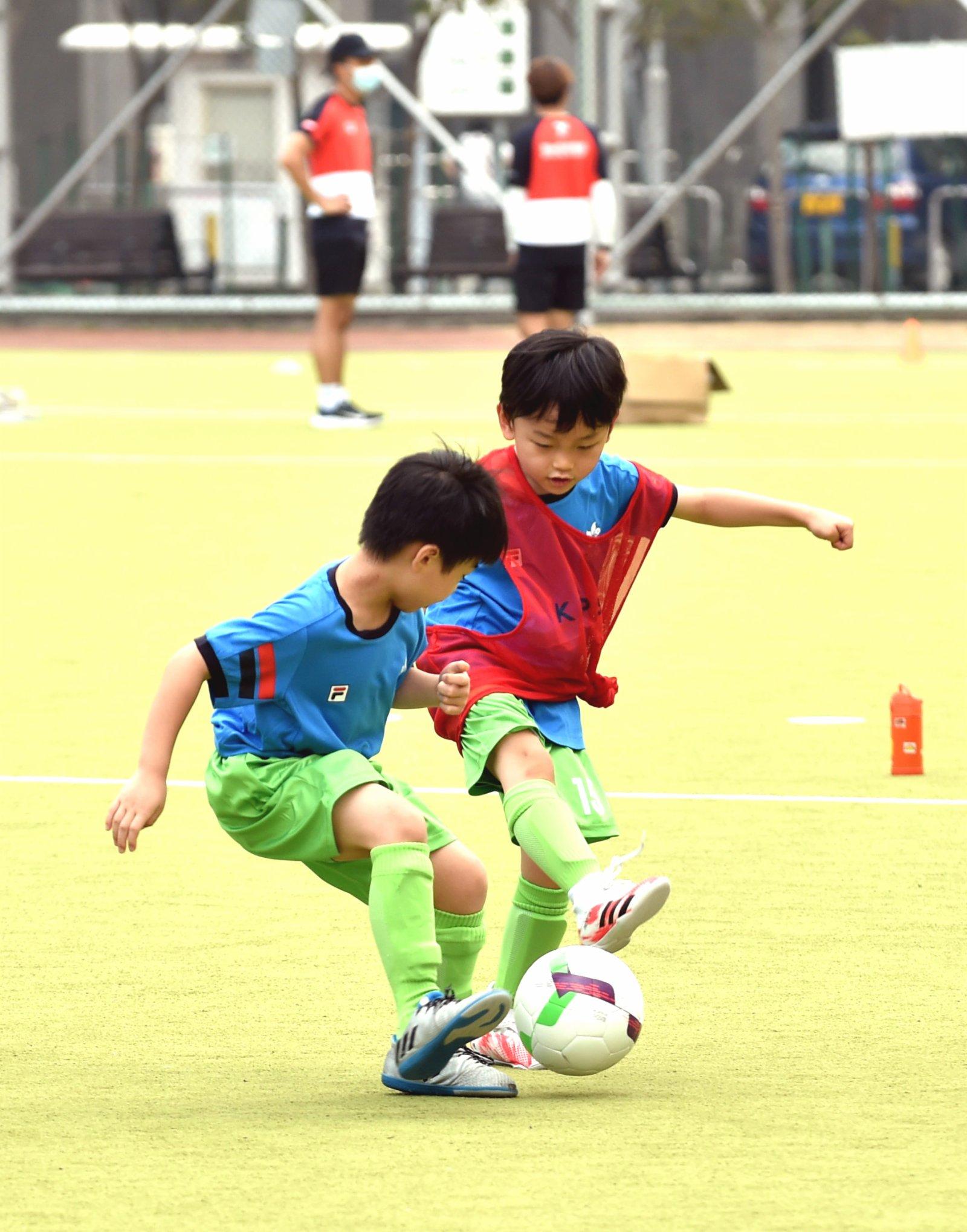 6月6日,小球員在足球比賽中。(新華社)