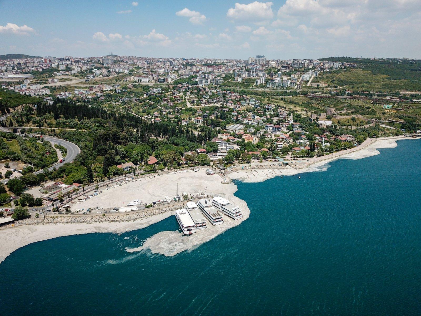 這是6月6日在土耳其伊斯坦布爾附近的馬爾馬拉海岸邊拍攝的「海鼻涕」(無人機照片)。(新華社)