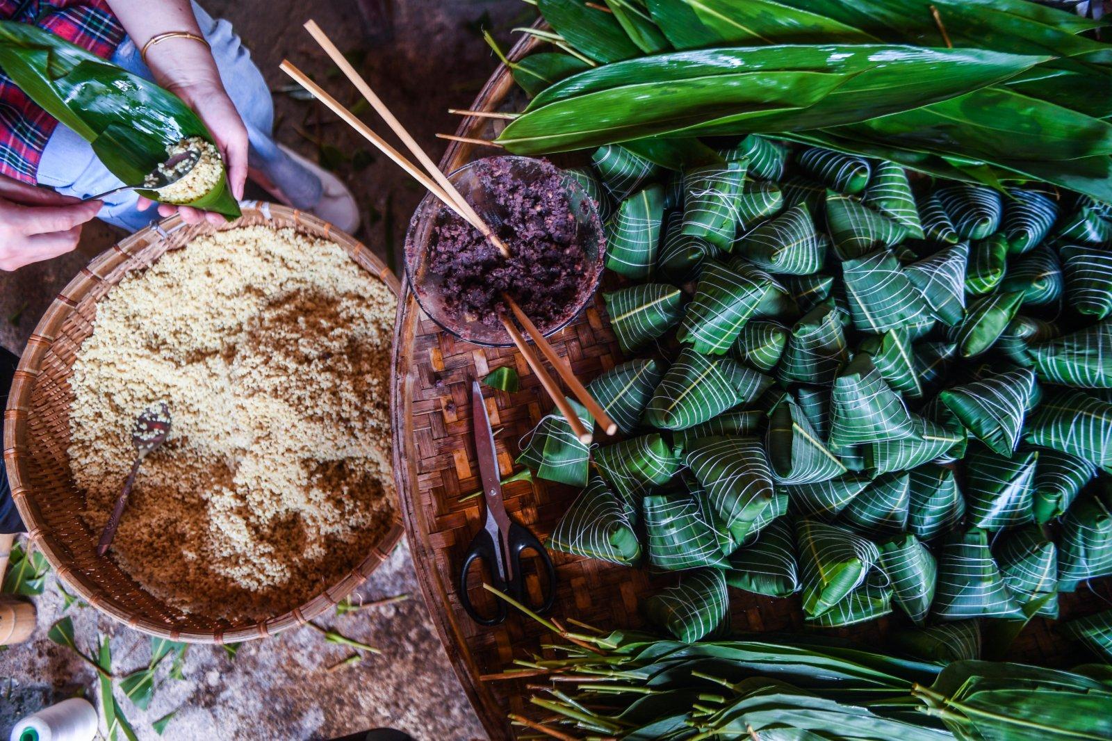 6月8日,湖源鄉窈口村村民在包傳統灰湯粽。(新華社)