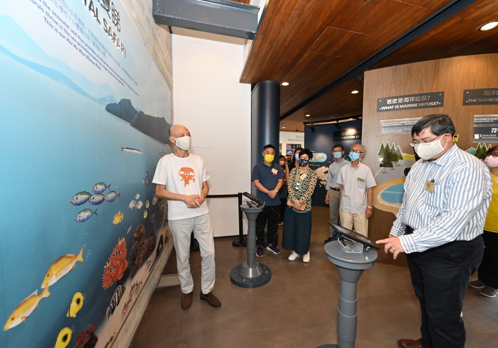 環境局局長黃錦星(左一)以擴增實境(即AR)技術製作的互動式展覽「海下海岸逐隻睇」,體驗海下灣海岸公園豐富的海洋生物多樣性。(政府新聞處)