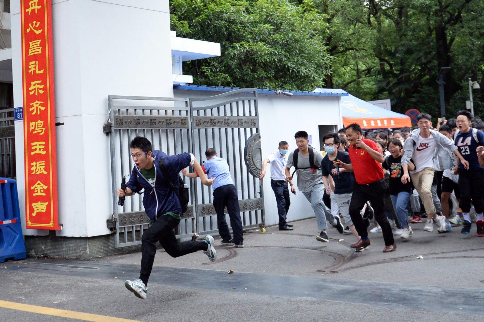 6月9日,考生在考試結束後跑出湖南省長沙市一中考點。