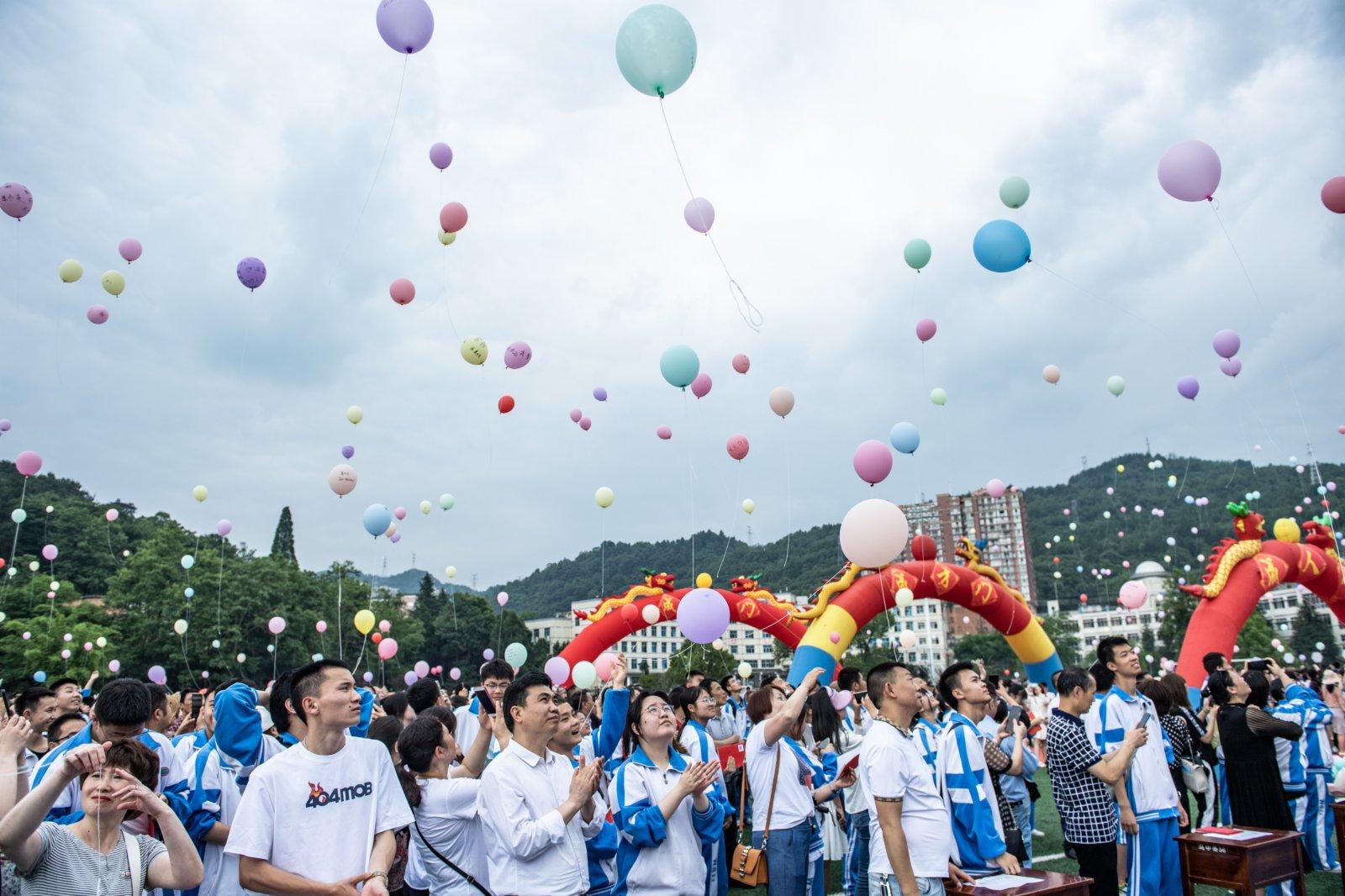 烏當中學高三學生放飛氣球。