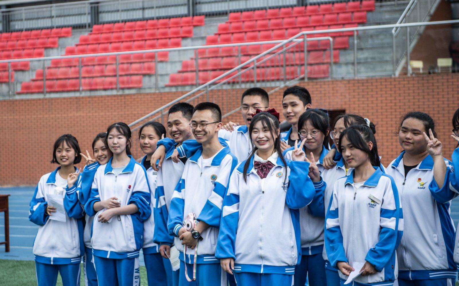 烏當中學高三學生在操場上拍照留念。