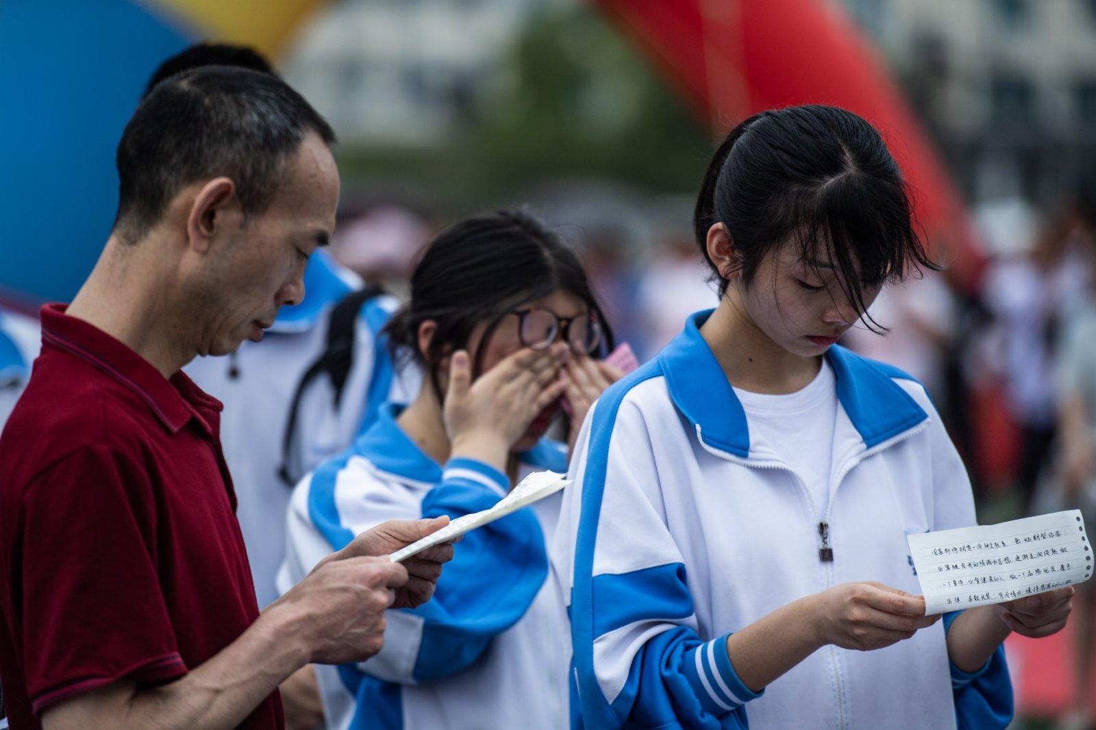 烏當中學高三學生和家長互讀家書。