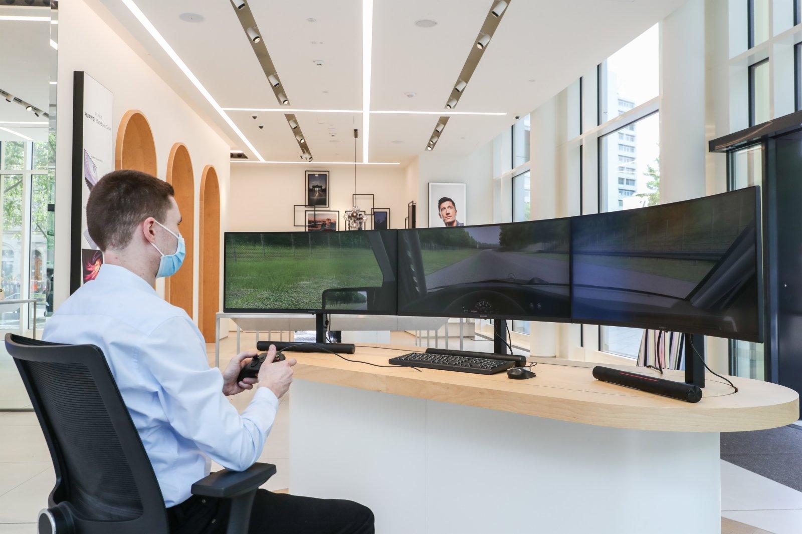 在德國首都柏林的華為旗艦店,一名工作人員展示拼接顯示屏。