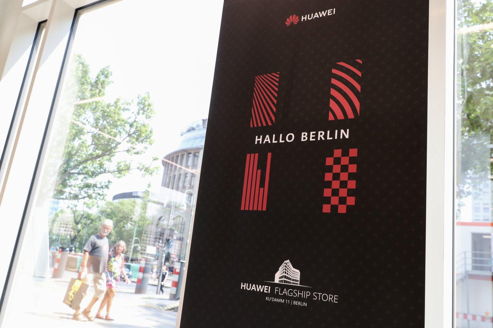 在德國首都柏林的華為旗艦店內拍攝的海報。