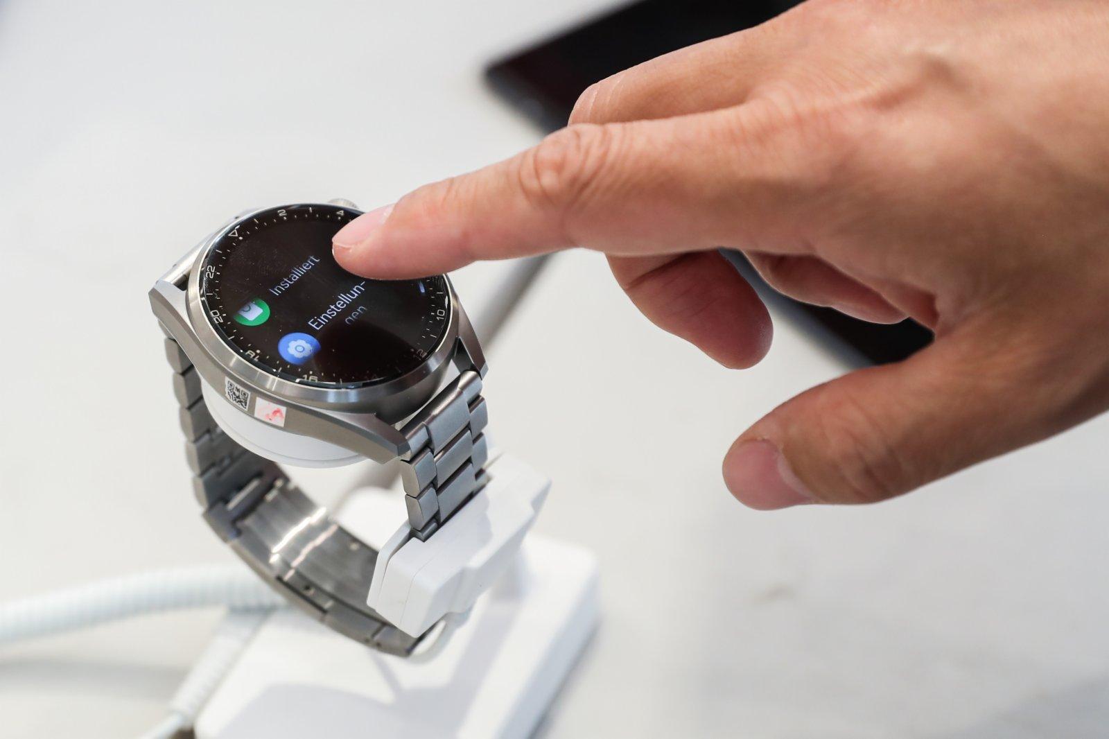 在德國首都柏林的華為旗艦店,一名工作人員展示華為智能手錶。