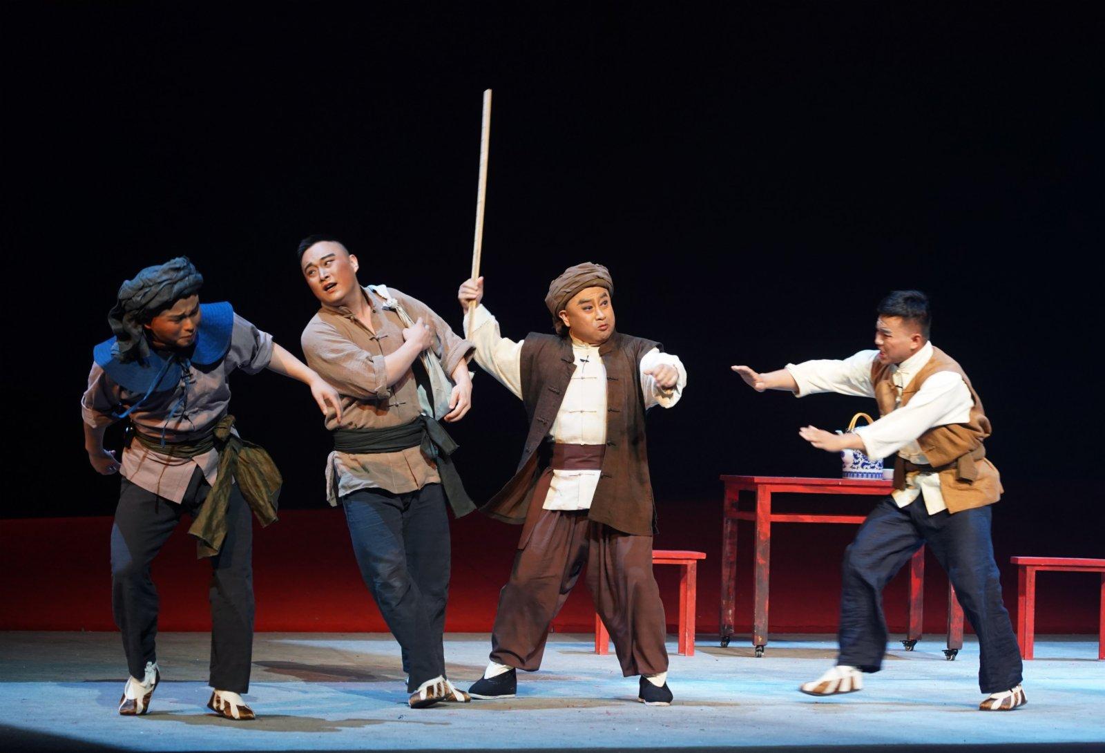 6月9日晚,演員在表演現代京劇《望紅關》。(新華社)