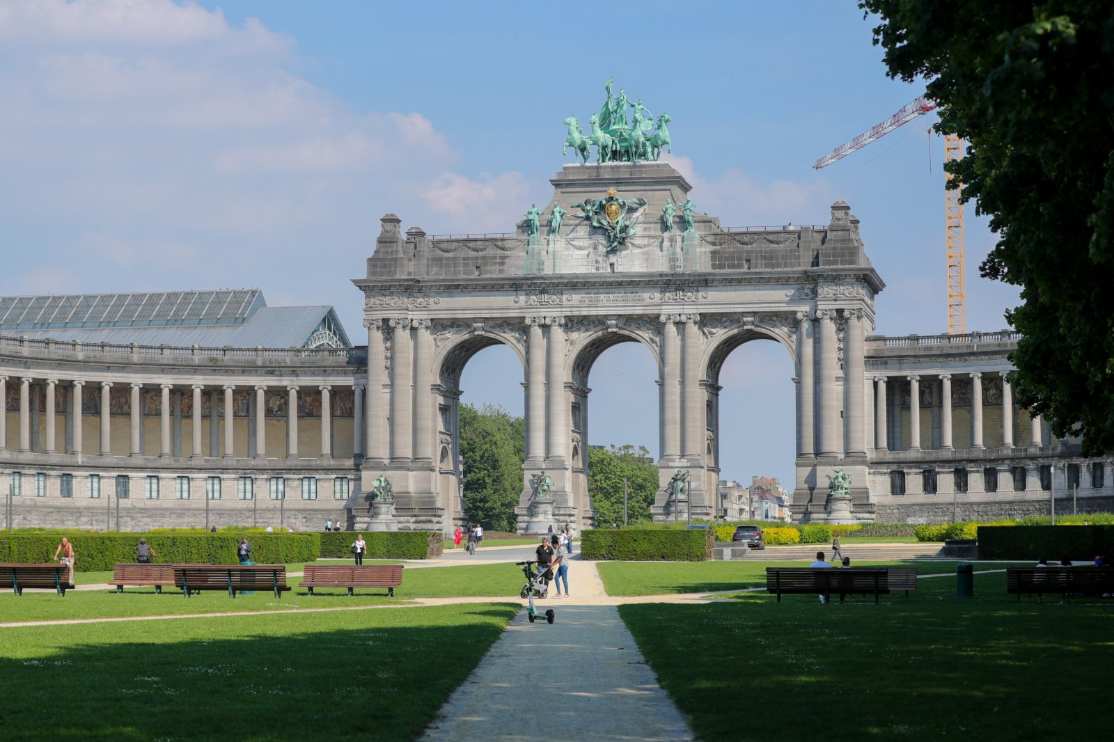 6月9日,人們在比利時布魯塞爾的五十周年紀念公園休閒。(新華社)