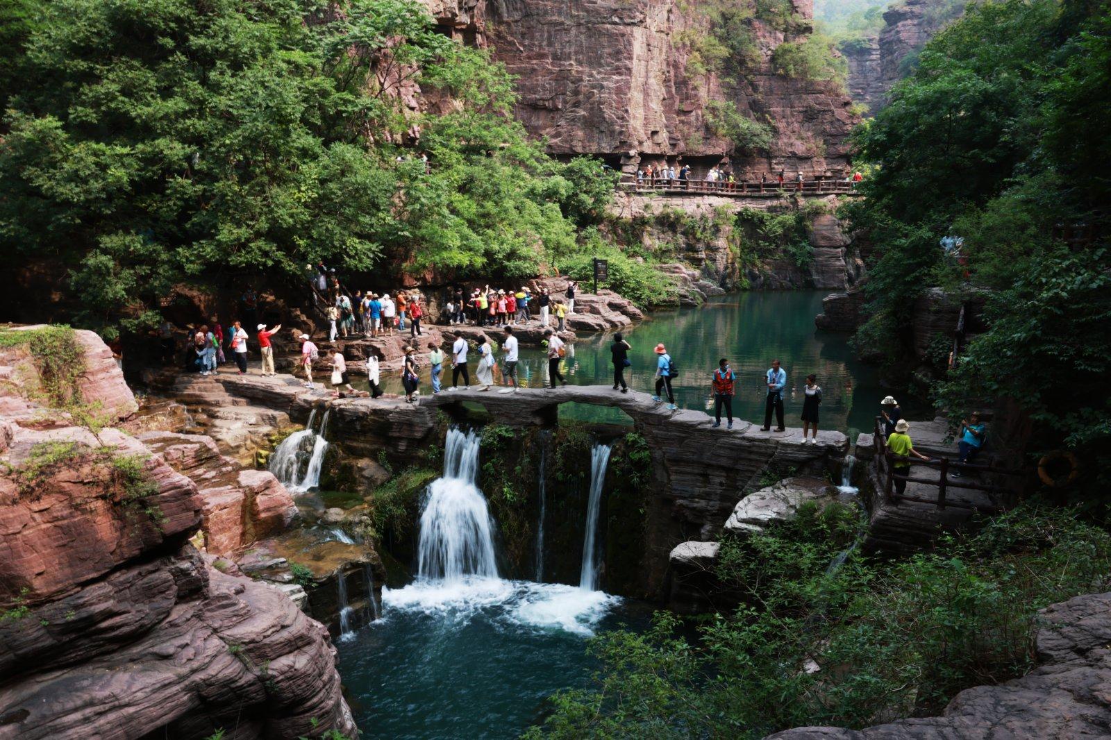 6月10日,遊客在雲台山紅石峽景區遊玩。(新華社)