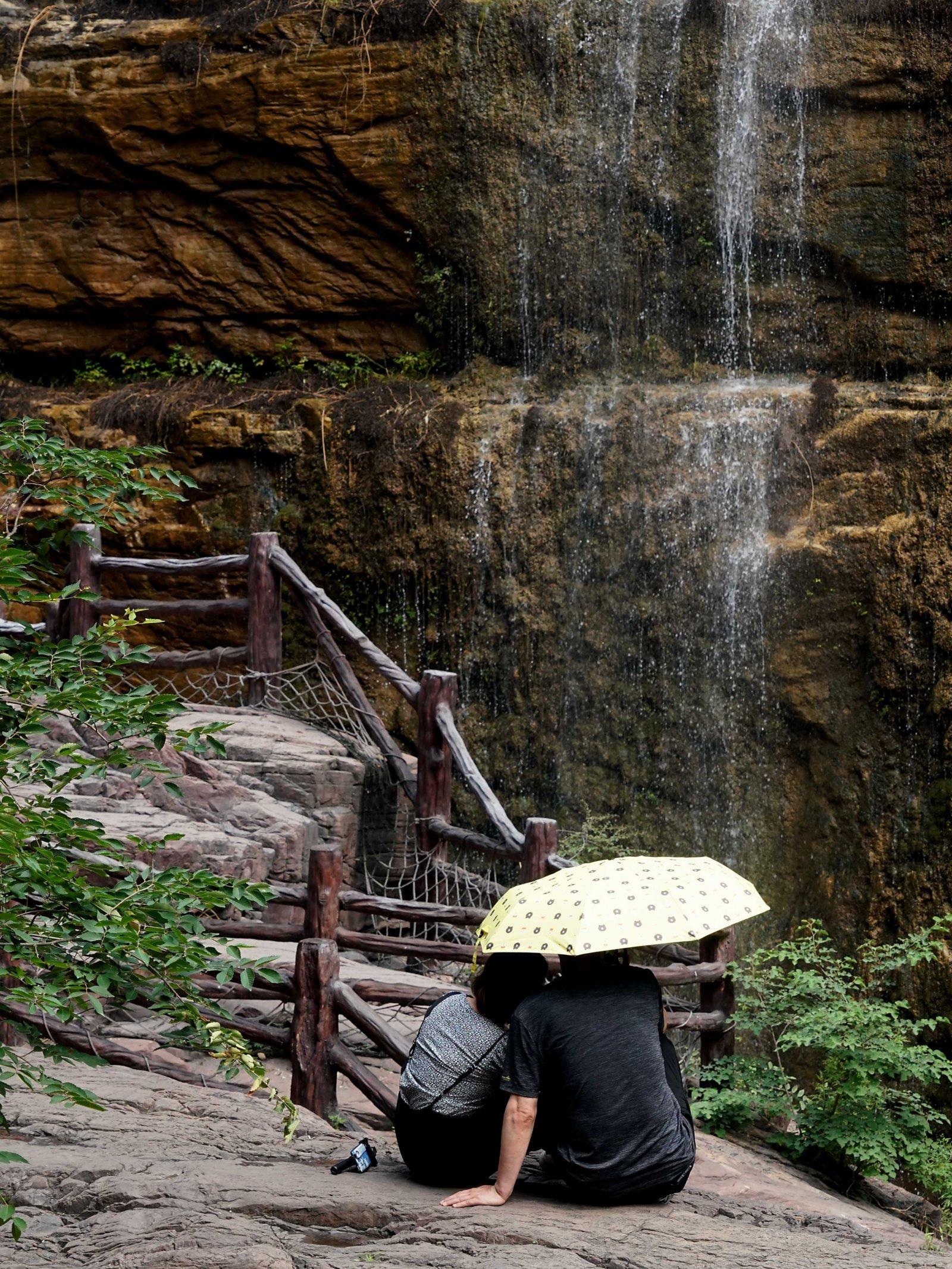 6月10日,遊客在雲台山紅石峽景區賞景。(新華社)