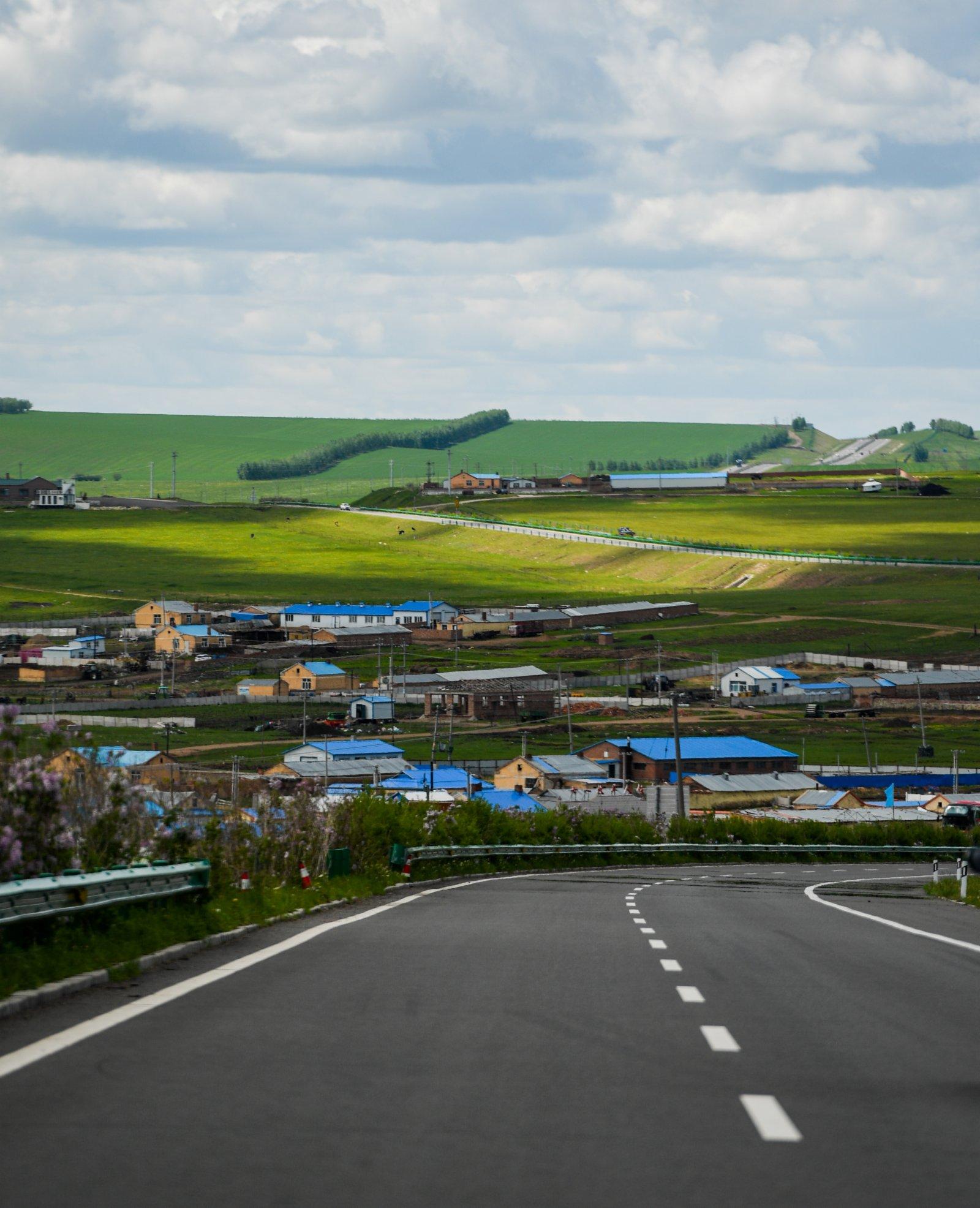 內蒙古呼倫貝爾332國道旁景色迷人(6月10日攝)。(新華社)