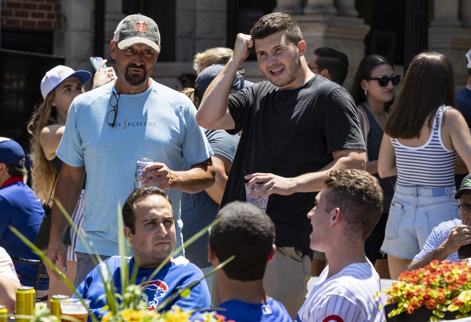 6月11日,在美國伊利諾伊州芝加哥,人們在酒吧聚會。(新華社)