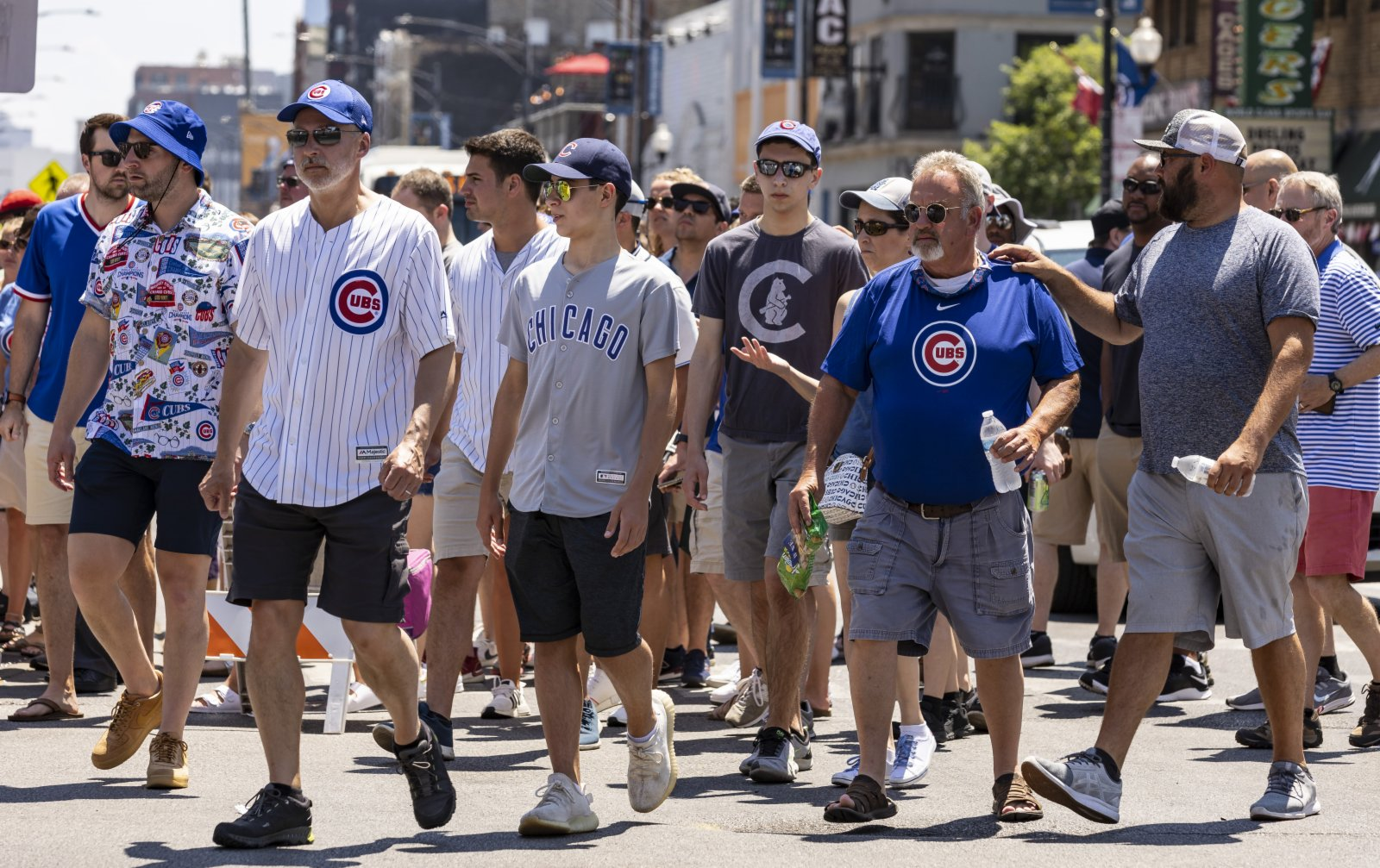 6月11日,在美國伊利諾伊州芝加哥,人們前往球場觀看比賽。(新華社)