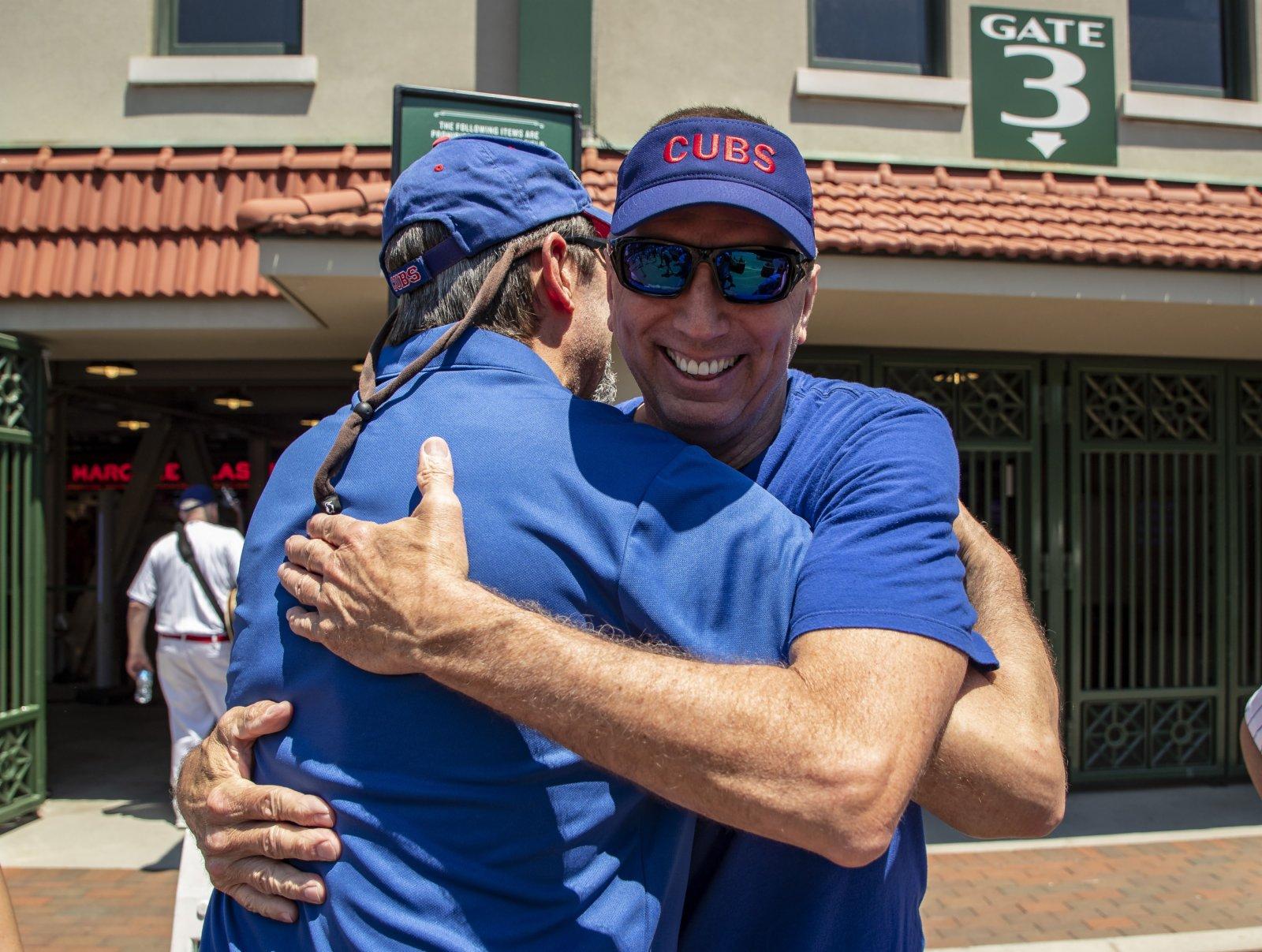6月11日,在美國伊利諾伊州芝加哥,人們在球場外擁抱。(新華社)