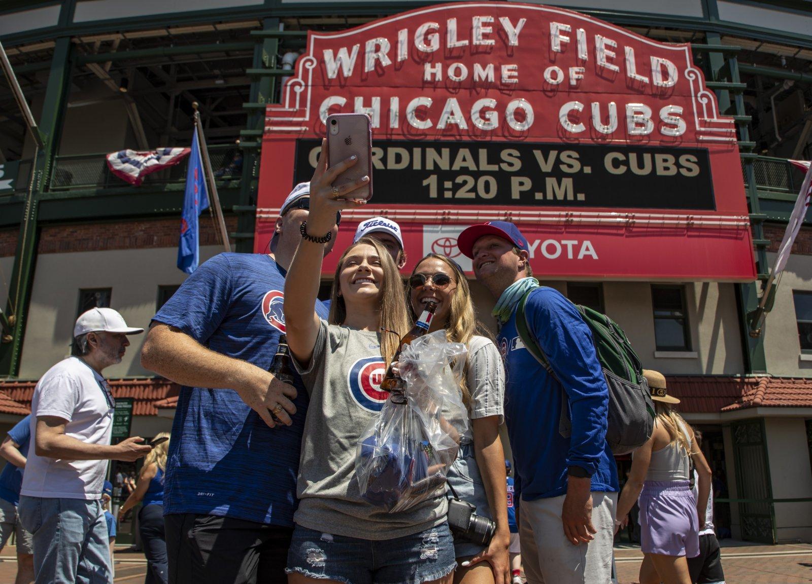 6月11日,在美國伊利諾伊州芝加哥,人們觀看比賽前自拍。(新華社)